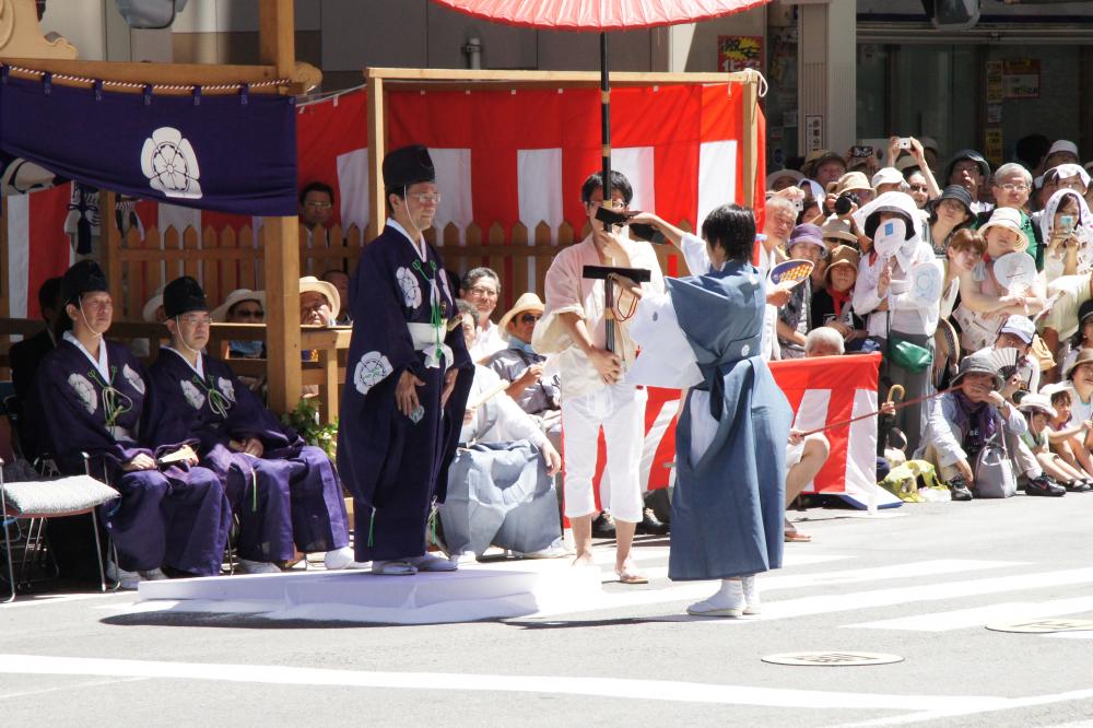 祇園祭 鬮改め 巡行順を奉行が確認します