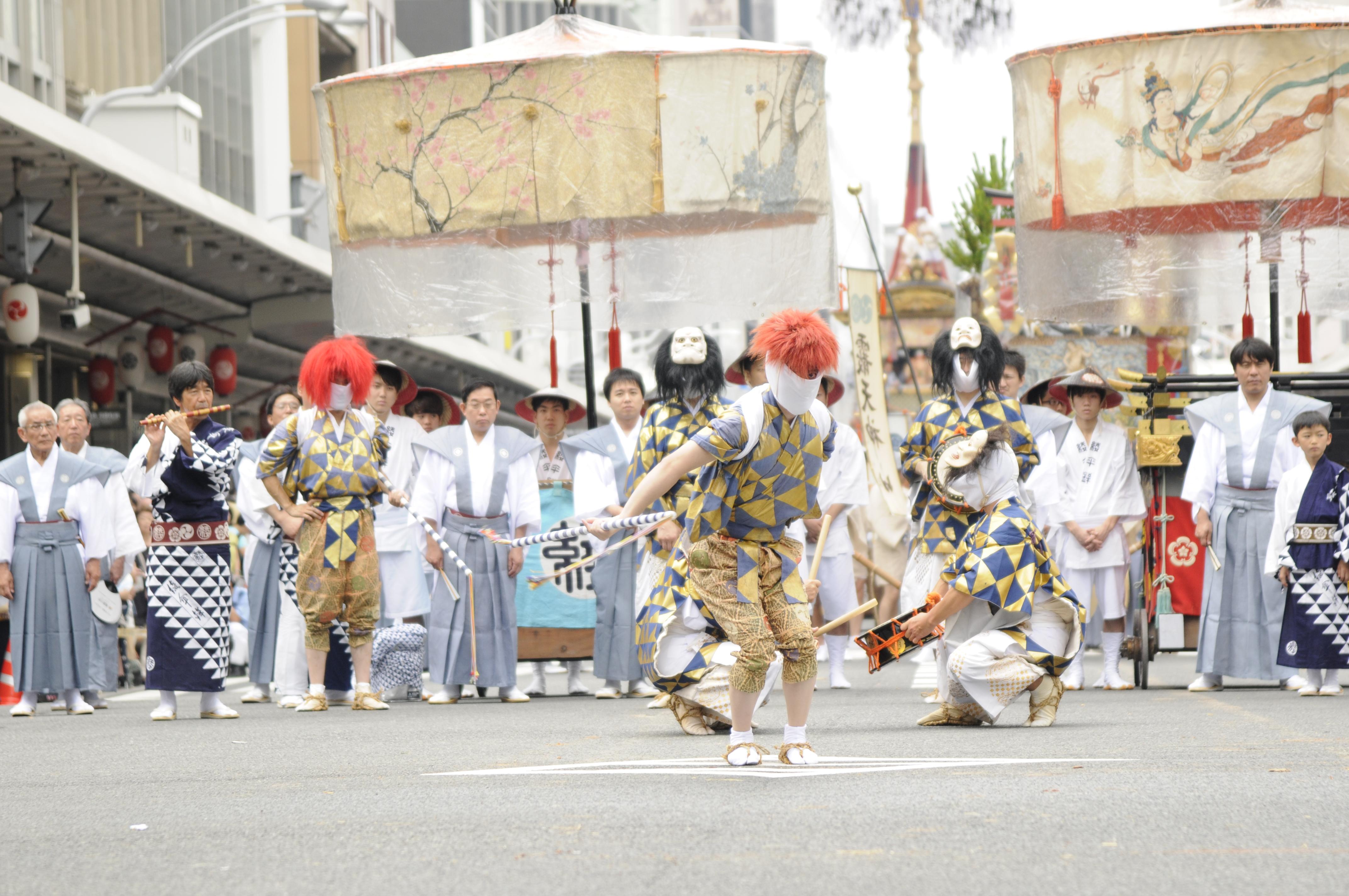 綾傘鉾は一風変わった棒振り囃子を披露!