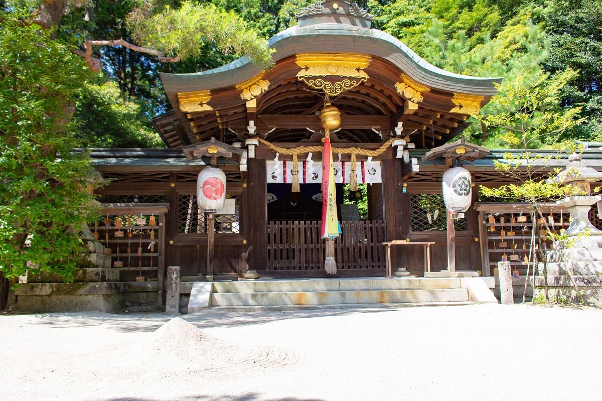 宮本武蔵と吉岡一門が決闘をしたといわれている「一乗寺下がり松(いちじょうじさがりまつ)」の初代松の木が納められています。