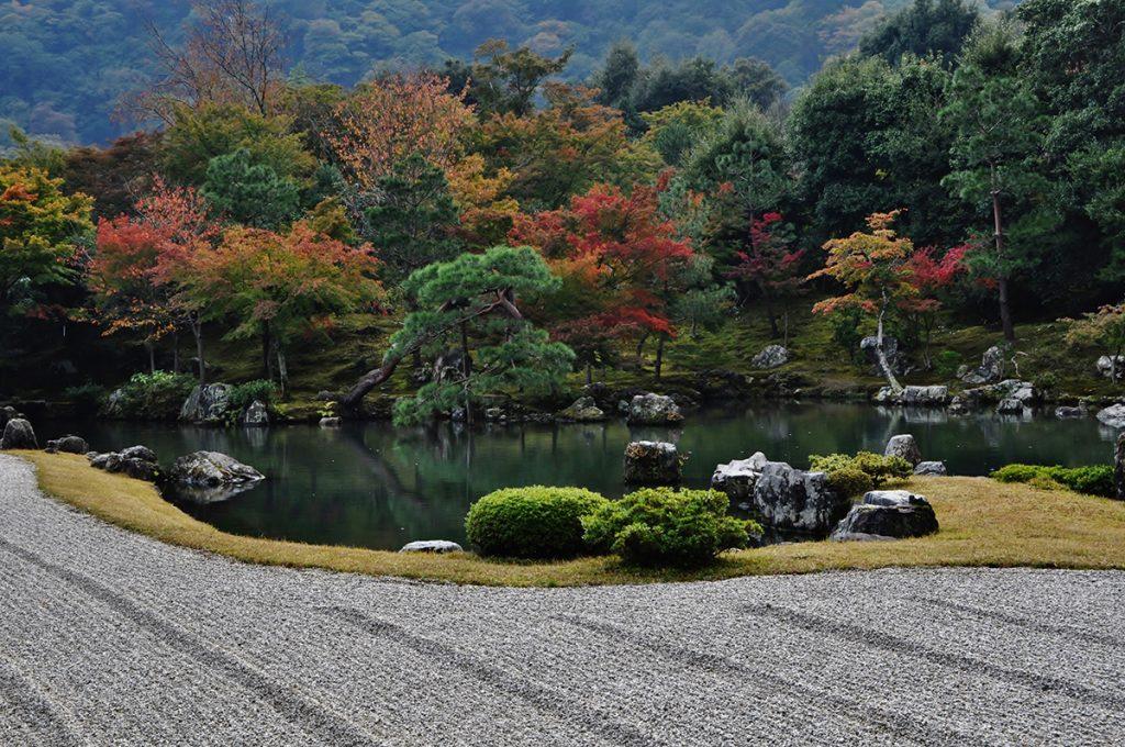 天龍寺の庭園を眺めながら、のんびりした休日を過ごしませんか